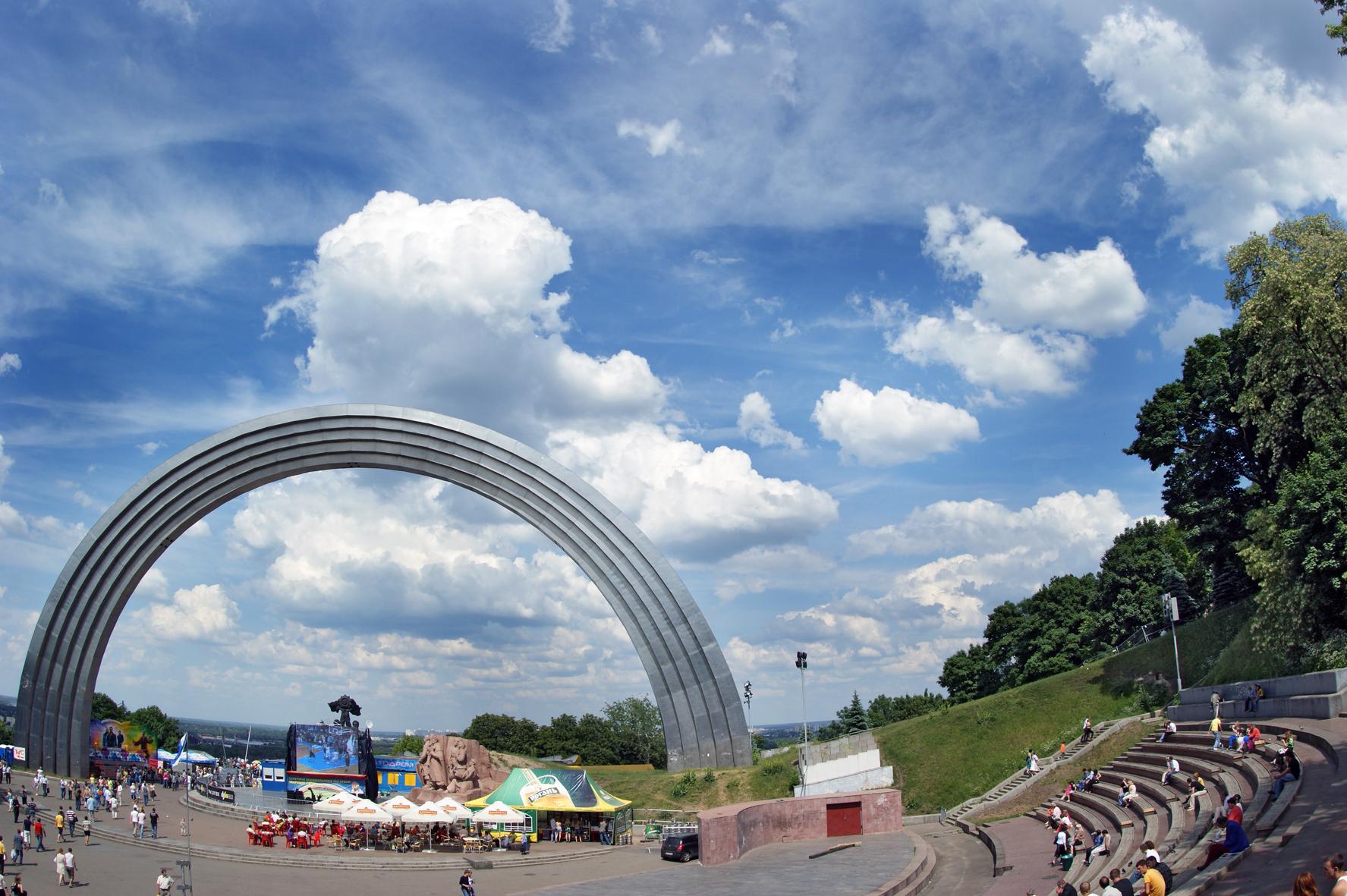 Арка дружбы народов и Владимирская горка будут соединены мостом